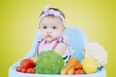 Bebé femenino adorable con las verduras fotografía de archivo libre de regalías