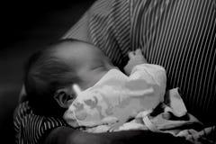 Bebé femenino tailandés asiático que duerme por el abrazo del hombre Imagen de archivo libre de regalías