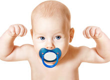 Bebé fuerte con el pacificador que aumenta para arriba los brazos, niño del deporte, blanco imagenes de archivo