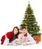 Bebé funy de la familia de la Navidad debajo del árbol de abeto sobre el fondo blanco Fotos de archivo libres de regalías
