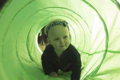 Bebé Gorl que juega en Toy Tunnel Imagen de archivo libre de regalías
