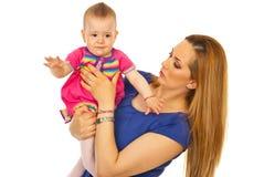 Bebé gritador de la explotación agrícola de la madre Imagen de archivo libre de regalías