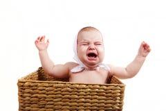 Bebé gritador en backet Fotografía de archivo