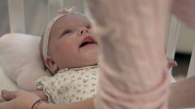 Bebé gritador en cama almacen de metraje de vídeo