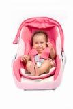 Bebé gritador en el asiento de carro, aislado imagenes de archivo