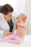 Bebé gritador que calma del doctor del pediatra Imágenes de archivo libres de regalías