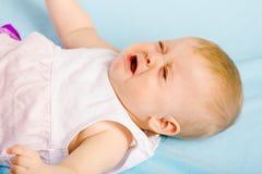 Bebé gritador que miente en la tela escocesa Imagen de archivo libre de regalías