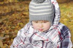 Bebé gritador triste al aire libre en otoño Fotos de archivo