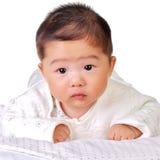 Bebé groveling en la cama Imagenes de archivo