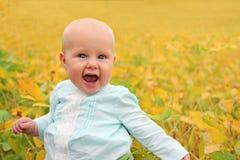Bebé hermoso afuera en naturaleza en otoño Imagen de archivo