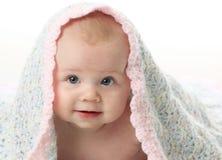 Bebé hermoso bajo una manta Fotografía de archivo
