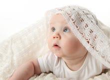 Bebé hermoso con la manta del cordón Fotografía de archivo
