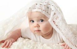 Bebé hermoso con la manta en la pista Foto de archivo