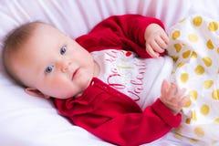 Bebé hermoso en equipo del ` s de Valenentine Foto de archivo