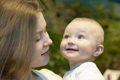 Bebé hermoso en sus manos de las madres. Fotos de archivo libres de regalías