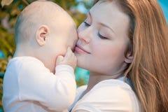 Bebé hermoso en sus manos de las madres. Fotografía de archivo libre de regalías