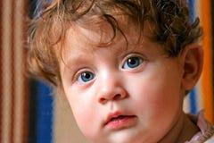 Bebé hermoso en un sofá Fotos de archivo libres de regalías
