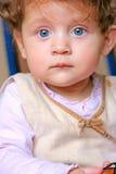 Bebé hermoso en un sofá Foto de archivo libre de regalías
