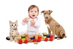 Bebé hermoso, jugando el tren de madera con animales domésticos fotos de archivo