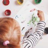 Bebé hermoso que aprende dibujar el entrenamiento, desarrollo, abi fotos de archivo