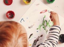 Bebé hermoso que aprende dibujar el entrenamiento, desarrollo, abi fotos de archivo libres de regalías