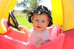 Bebé hermoso que juega afuera en Toy Car Fotografía de archivo libre de regalías