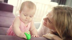Bebé hermoso que juega con la madre Niño que juega el juguete en casa metrajes