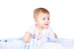 Bebé hermoso que miente en un pañal fotos de archivo libres de regalías
