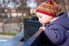 Bebé hermoso que mira en la distancia Fotografía de archivo libre de regalías