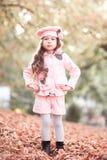 Bebé hermoso que presenta al aire libre Foto de archivo libre de regalías