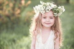 Bebé hermoso que presenta al aire libre sobre fondo de la naturaleza Imagen de archivo