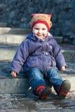 Bebé hermoso que se sienta en las escaleras Fotos de archivo libres de regalías