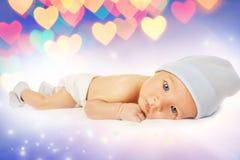 Bebé hermoso sobre un fondo abstracto Foto de archivo libre de regalías