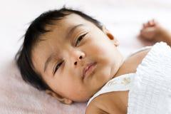Bebé indio soñoliento imagen de archivo