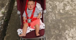 Bebé infantil adorable en cochecito almacen de metraje de vídeo