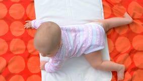 Bebé infantil adorable que miente en la manta imagen de archivo libre de regalías