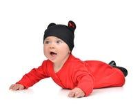 Bebé infantil de cinco meses del niño en la mentira roja del paño del cuerpo feliz Imágenes de archivo libres de regalías