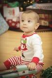 Bebé infantil que disfruta de mañana de la Navidad cerca del árbol Fotos de archivo libres de regalías
