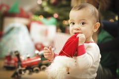Bebé infantil que disfruta de mañana de la Navidad cerca del árbol Imagen de archivo libre de regalías
