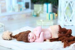 Bebé infantil que miente en la manta en sombrero con el bubón Fotografía de archivo libre de regalías