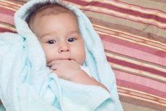 Bebé infantil que pone en toalla fotos de archivo libres de regalías