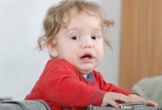 Bebé infeliz en camisa roja Fotografía de archivo