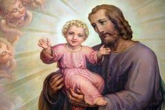 Bebé Jesús, retablo de la tenencia de Saint Joseph en la basílica del corazón sagrado de Jesús en Zagreb imágenes de archivo libres de regalías
