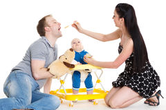 Bebé joven de la alimentación de los padres. Imagenes de archivo