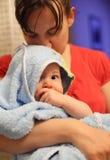 Bebé joven en albornoz Foto de archivo libre de regalías