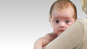 Bebé joven lindo con la madre almacen de metraje de vídeo