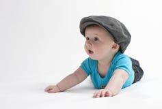 Bebé lindo con el casquillo plano imagen de archivo