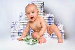 Bebé lindo con el dinero en fondo borroso de los pañales Imágenes de archivo libres de regalías