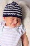Bebé lindo con el sombrero de lana imagenes de archivo