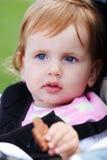 Bebé lindo con la galleta Foto de archivo